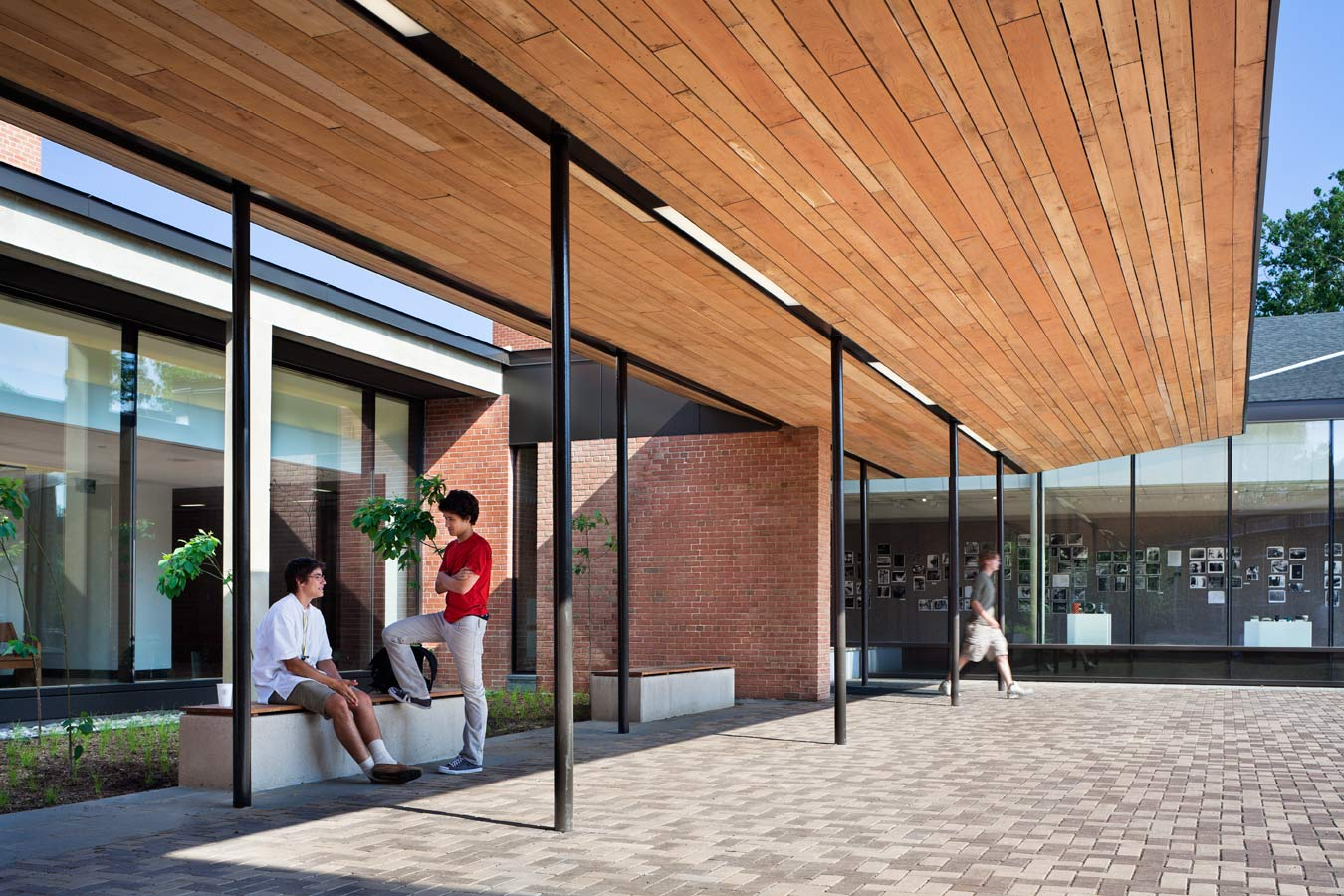 <p>The canopy and benches create a transition space between the life of the renewed plaza and the Meeting House. A narrow, tree-lined garden filters light entering the central lobby and gallery. <br><small>&copy; Michael Moran/OTTO</small></p>