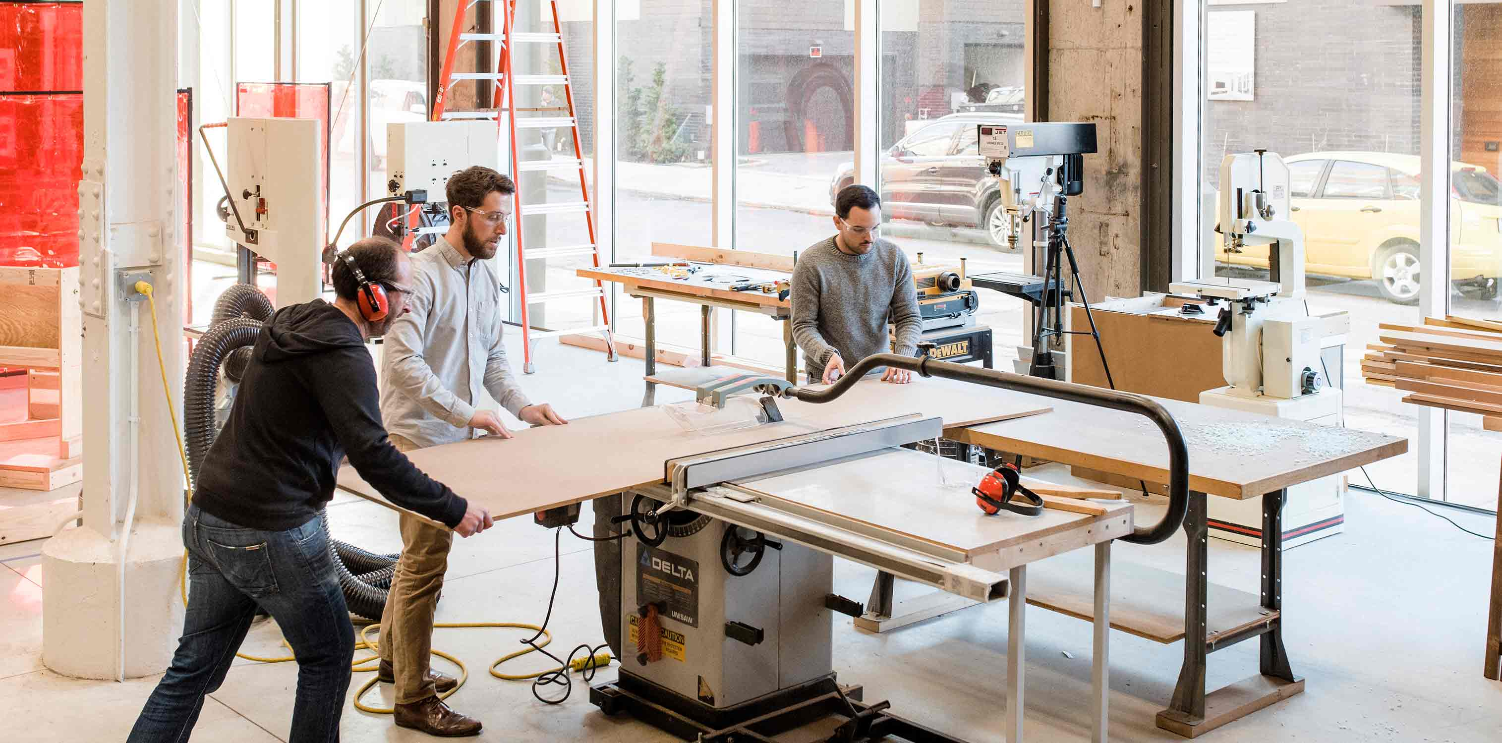 <p>Researchers and architects work side by side, often in the studio's workshop as they create full-scale prototypes and simulations.<br> <br /><small>©Chris Leaman</small></p>
