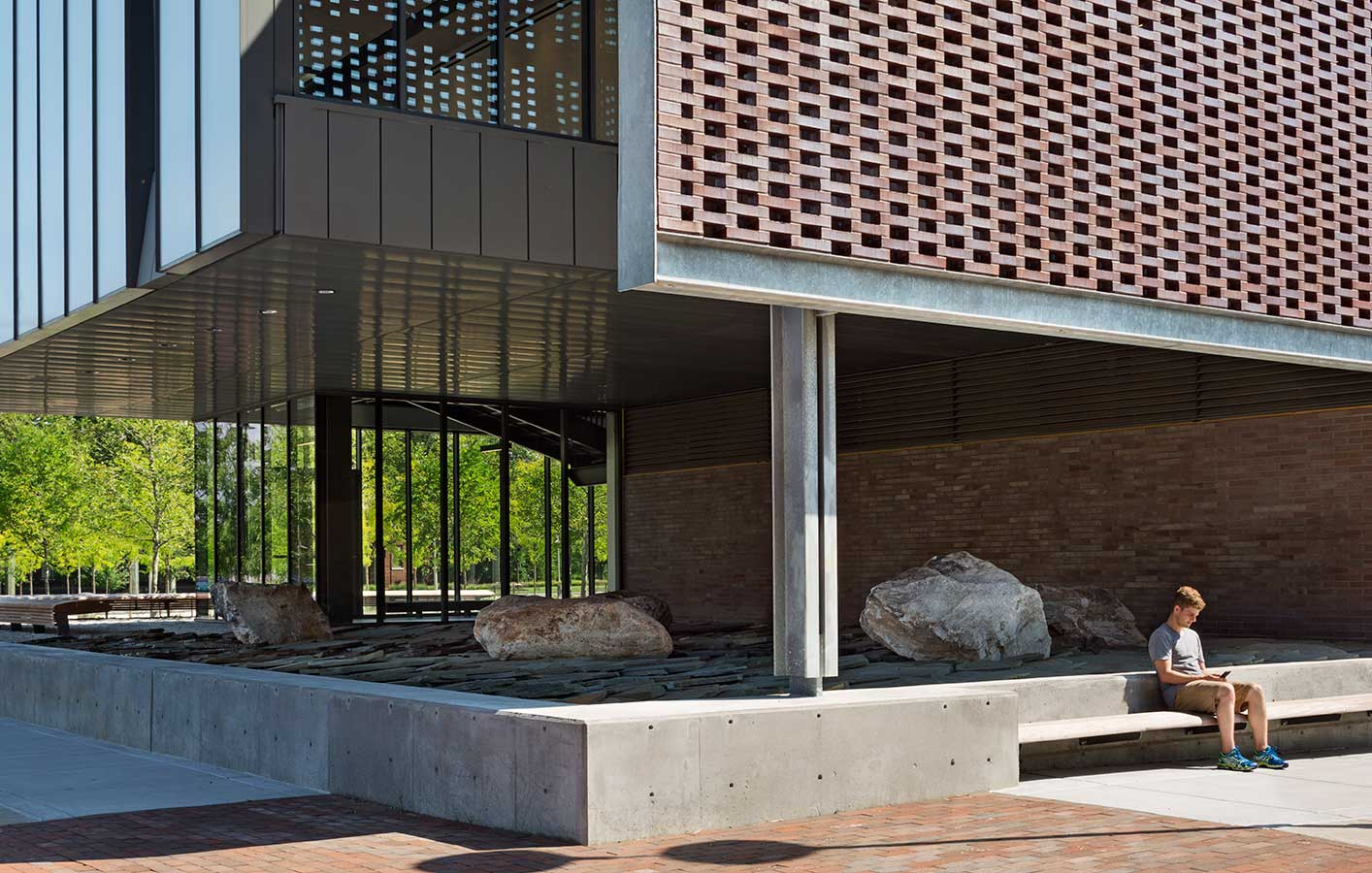 <p>The use of brick in the innovative solar shade honors the history of Philadelphia's Navy Yard and links the new facility to the existing buildings on the campus.  <br /><br><small>©Michael Moran/OTTO</small></p>