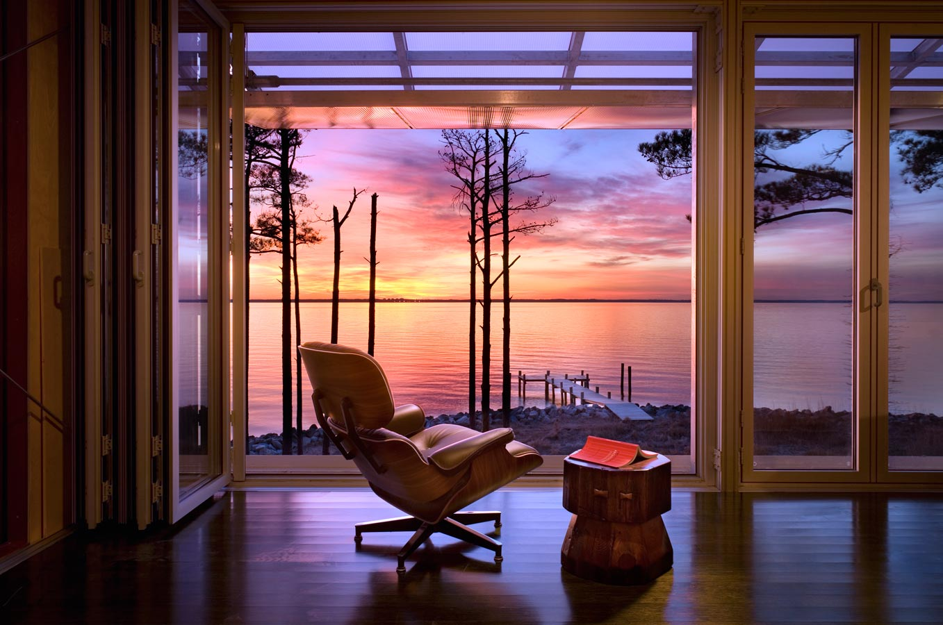 <p>A view from the interior of the house overlooking the Chesapeake Bay at sunset. <br><small>&copy; Peter Aaron/OTTO</small></p>