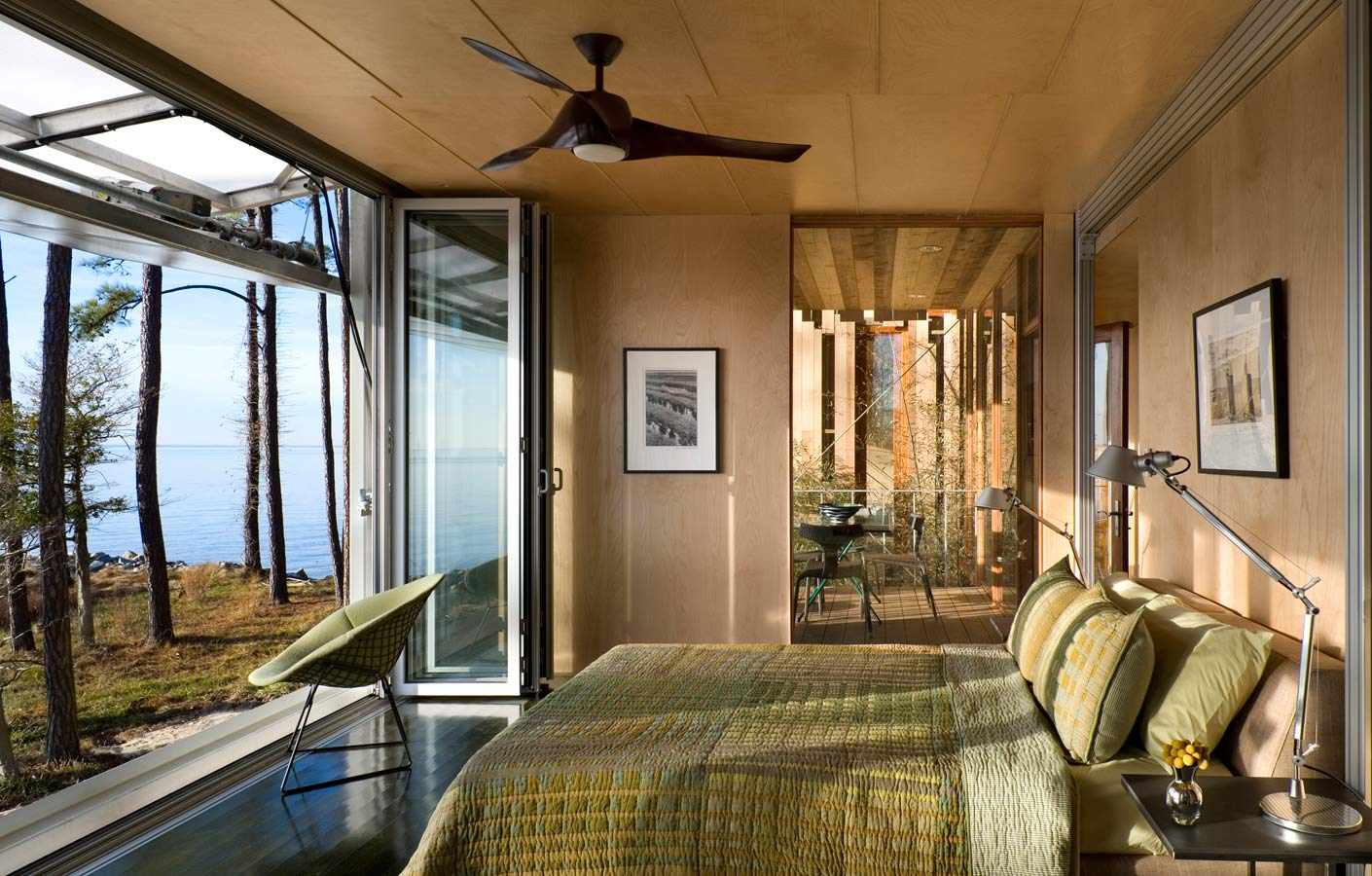 <p>The master bedroom, with the adjustable façade fully open. <br><small>© Peter Aaron/OTTO</small></p>