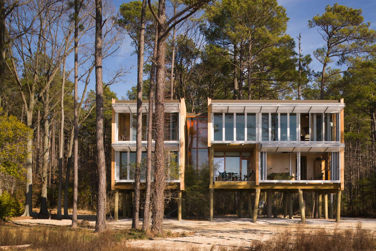 <p>The 40,000 parts that make up the average house collapse into five integrated construction elements in the building of Loblolly House. <br><small>© Peter Aaron/OTTO</small></p>