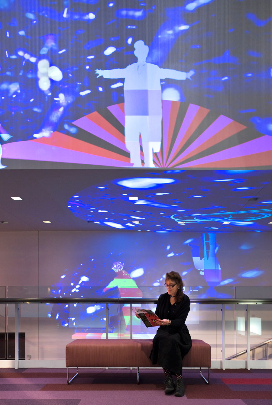 <p>Video art projection on the walls activates the lobby. <br><small>&copy; Peter Aaron/OTTO</small></p>