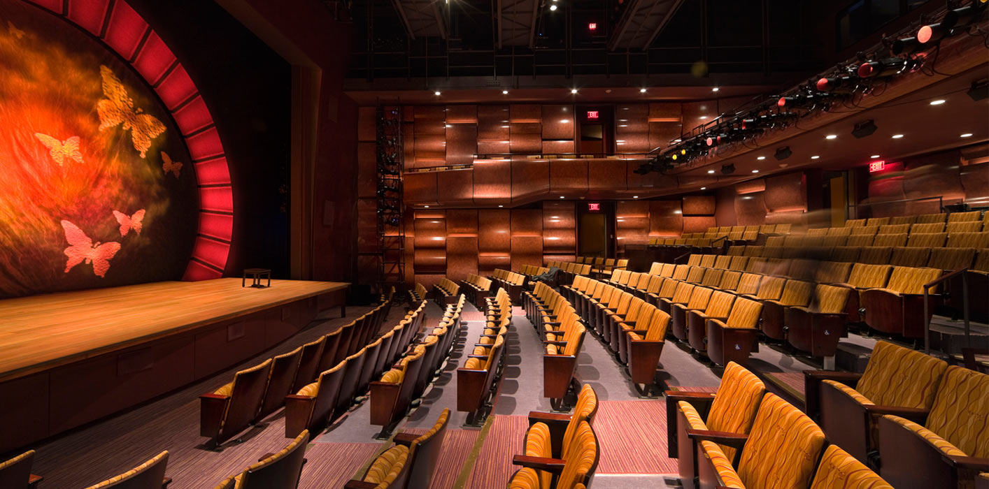 <p>The main stage was designed to have the flexibility and utility of a black box theater while maintaining a traditional proscenium configuration. <br> <small>© Peter Aaron/OTTO</small></p>