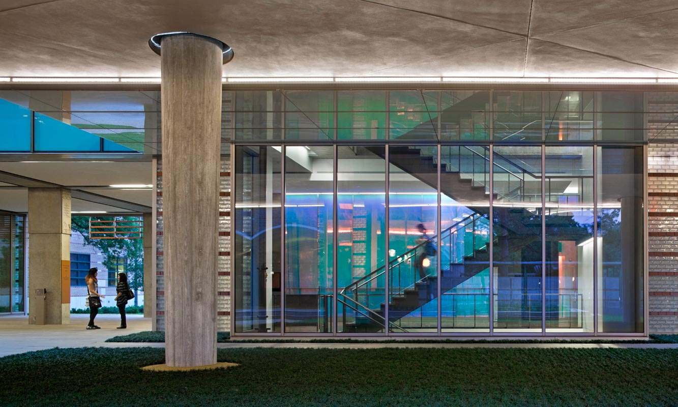 <p>Dichroic glass panels lining the lobby walls suggest the research activities of the building. <br><small>&copy; Peter Aaron/OTTO</small></p>