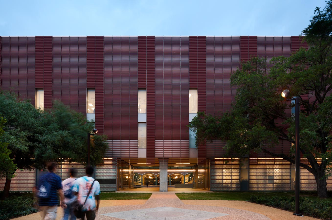 <p>Horizontal terra-cotta baguettes over aluminum rain screen panels protect the labs from solar exposure while regulating natural light and privacy. This south facade completes the courtyard for George R. Brown Hall, and creates a portal to the Science Quad. <br><small>&copy; Peter Aaron/OTTO</small></p>