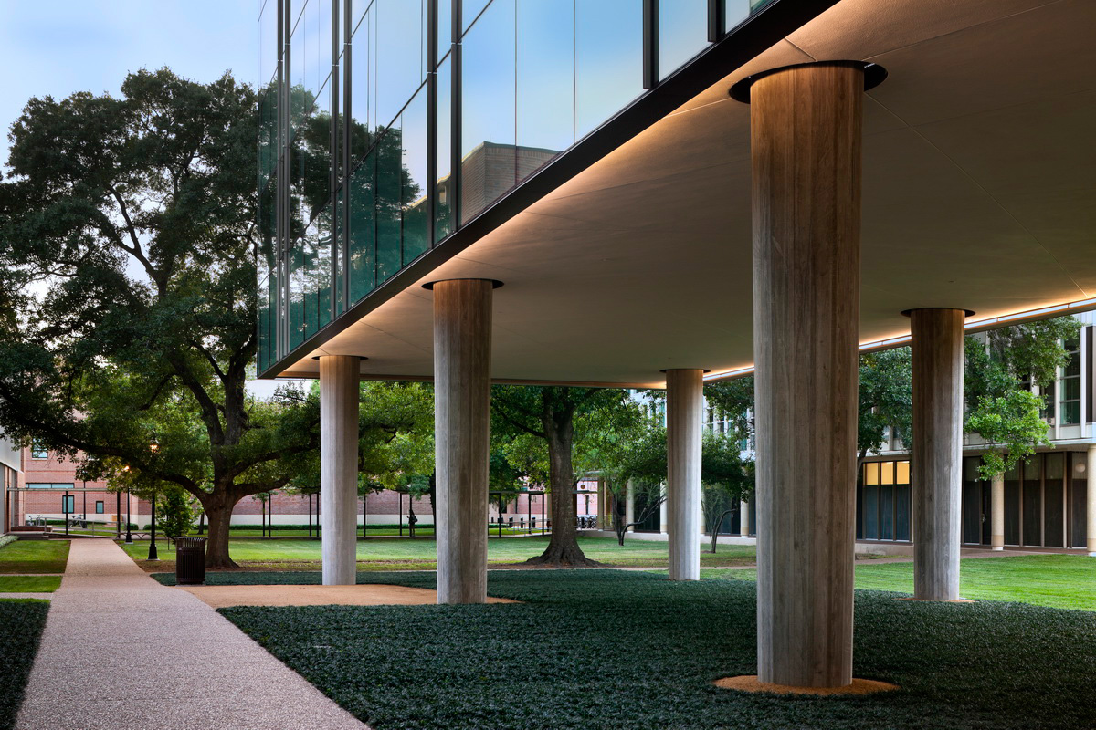 <p>The loggia makes use of tapered concrete columns that blend with the treescape. <br><small>© Peter Aaron/OTTO</small></p>