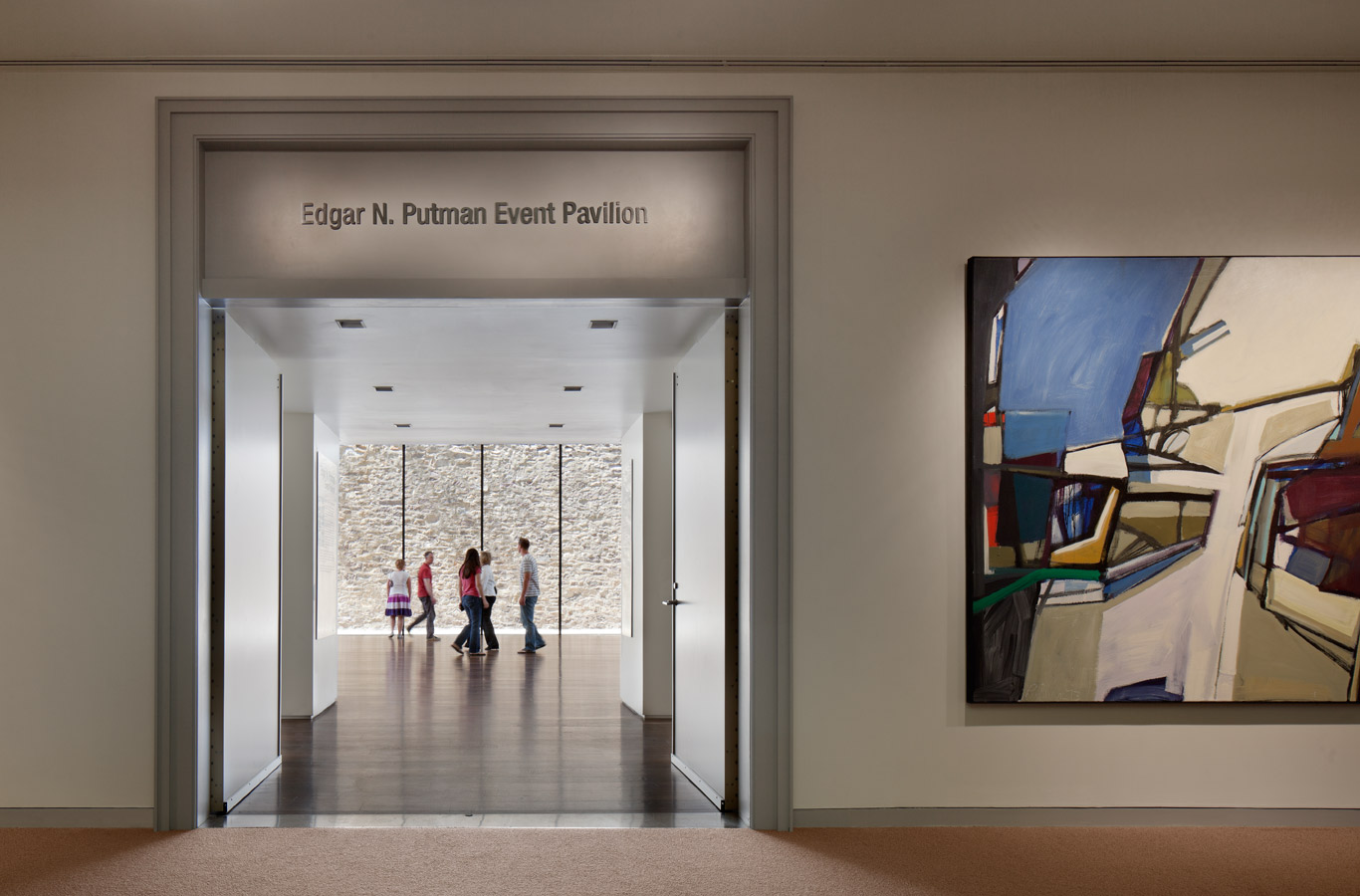 <p>Situated at the back of the museum, the pavilion draws visitors through the corridors and encourages them to experience the art. <br><small>&copy; Michael Moran/OTTO</small></p>