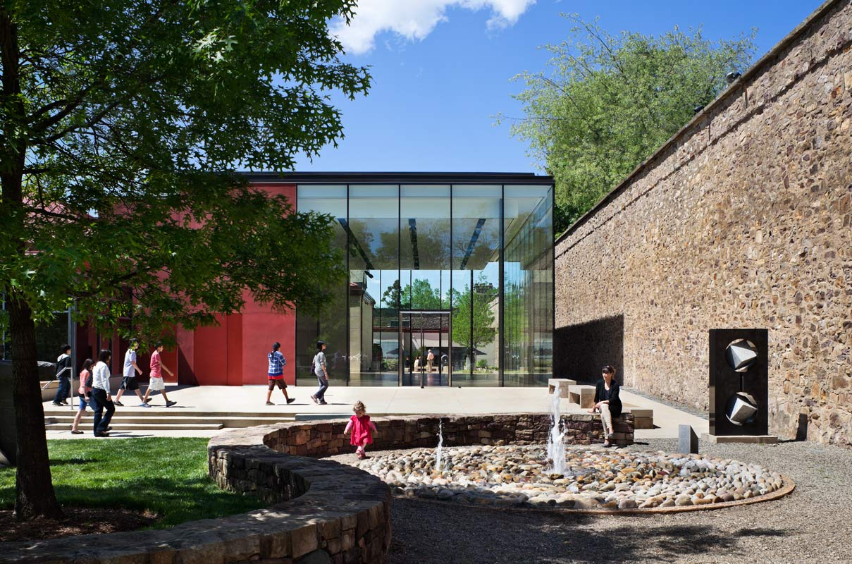 <p>The garden to the west of the pavilion is pastoral, while the garden to the east is an urban hardscape that offers café seating. <br><small>&copy; Michael Moran/OTTO</small></p>