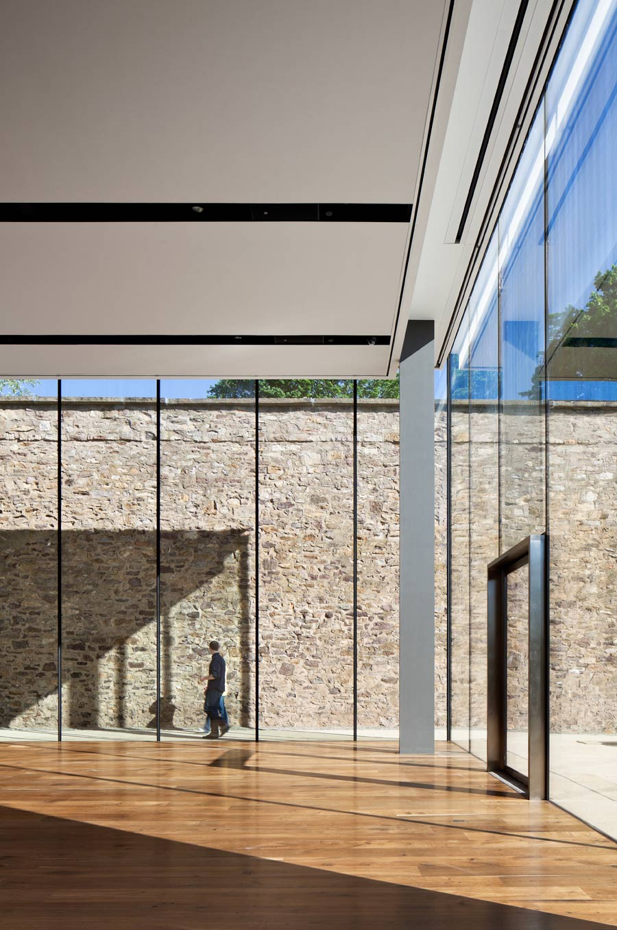 <p>Glass panels are structural as well as aesthetic, with only very slender (4 inch x 20 inch) columns occupying the space. <br><small>&copy; Michael Moran/OTTO</small></p>