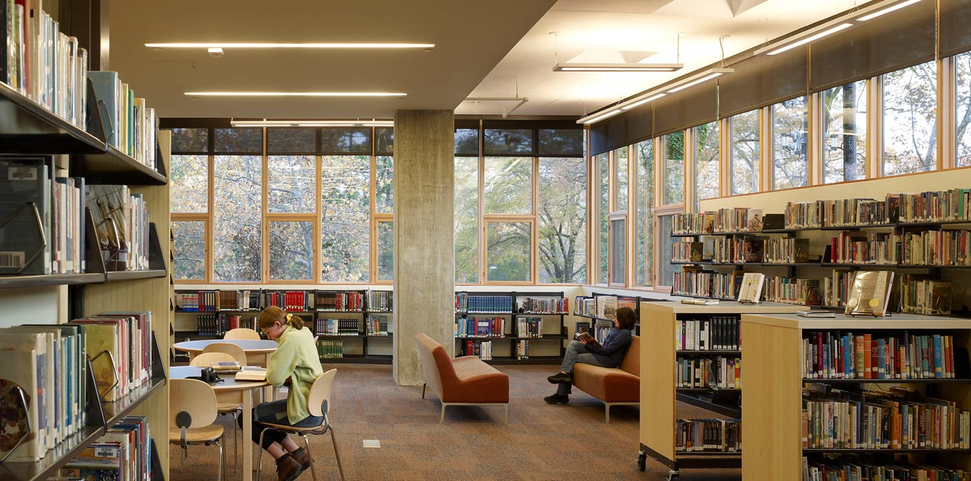 <p>The north-facing library makes use of abundant daylight to create an atmosphere that is open and welcoming for students. <br><small>© Halkin Photography LLC</small></p>