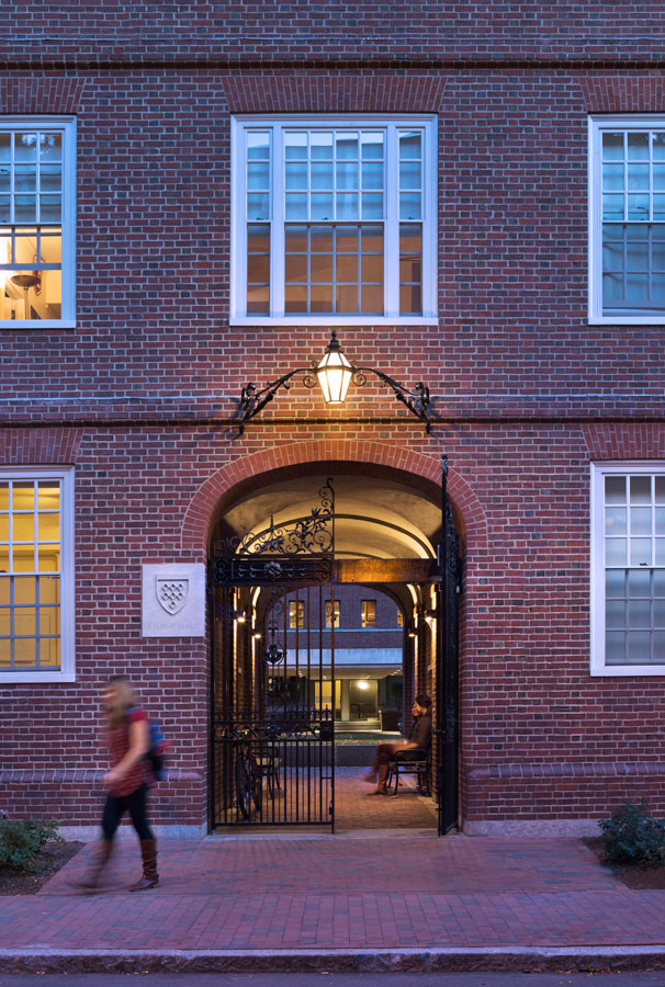 <p>A newly restored passageway remakes connections between the library and street, restoring a lost pedestrian network of courtyards. <br> <br /><small>© Michael Moran/OTTO</small></p>