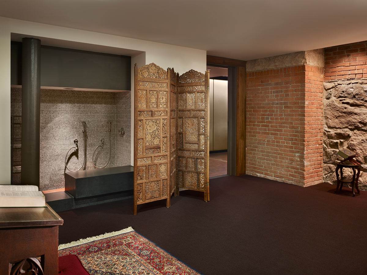 <p>The prayer room incorporates a station for ritual washing. <br><small>© Halkin Photography LLC</small></p>