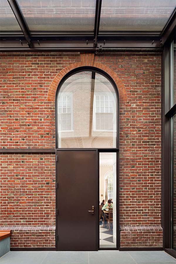 <p>A previously unwelcoming alley now serves as an active entryway to the dining hall and a common space in its own right. <br><small>© Michael Moran/OTTO</small></p>