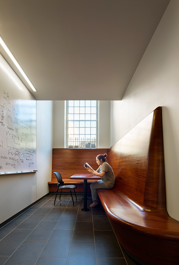 <p>Study niches offer space for individual or group study. <br><small>© Michael Moran/OTTO</small></p>