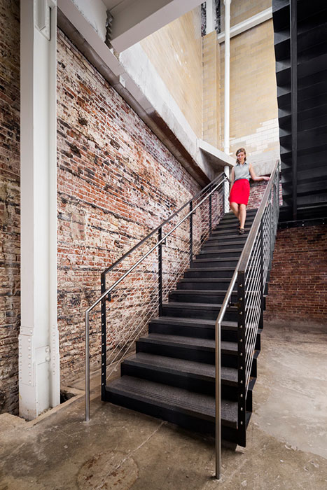 <p>Elements of the building that make it recognizable as a former bottling plant were restored, including interior and exterior brick. <br><small>© Michael Moran/OTTO</small></p>