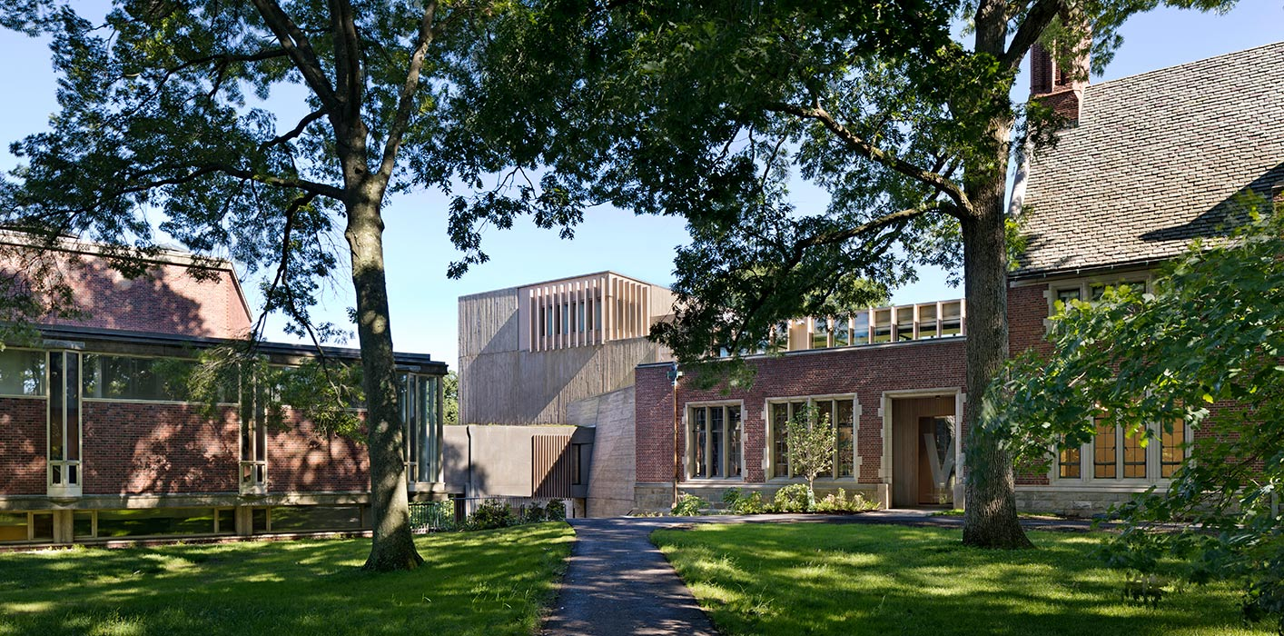 <p>Pendleton West sits at a campus crossroads between two seminal structures: Paul Rudolph's Jewett Art Center (1956) and Charles Klauder's Pendleton Hall (1934). A 10,000 square foot addition and bridge joins the two buildings and establishes the college's arts departments as a unified fixture on the Academic Quadrangle. <br><small>© Michael Moran / OTTO</small> <br /></p>