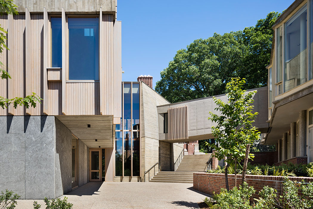 <p>The arts passage is an eddy that pauses at the addition, then flows down from the Academic Quad to the art museum and campus center down the hill. The new design resolves both accessible internal circulation between Jewett and Pendleton, and campus-wide accessibility. <br><small>© Michael Moran / OTTO</small> <br /></p>