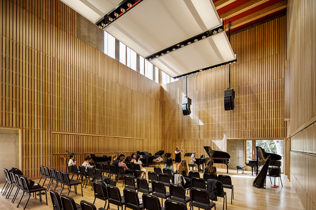 <p>Located within the addition, a new rehearsal hall was conceived to both appear and perform as the inside of a piano, integrating architecture with music. <br><small>© Bob O'Connor</small> <br /></p>