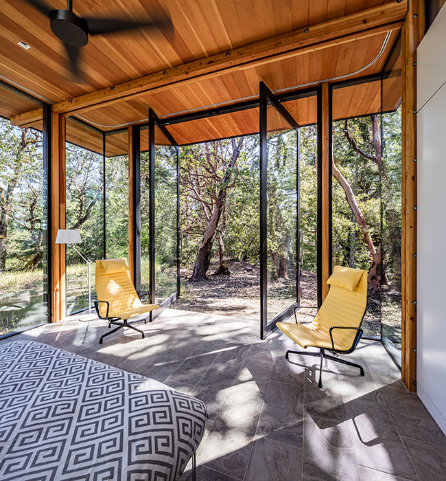 <p>Rooms were designed to be defined by their natural boundaries, such as tree lines and views, instead of by their walls and windows. <br><small>©Tim Griffith</small></p>