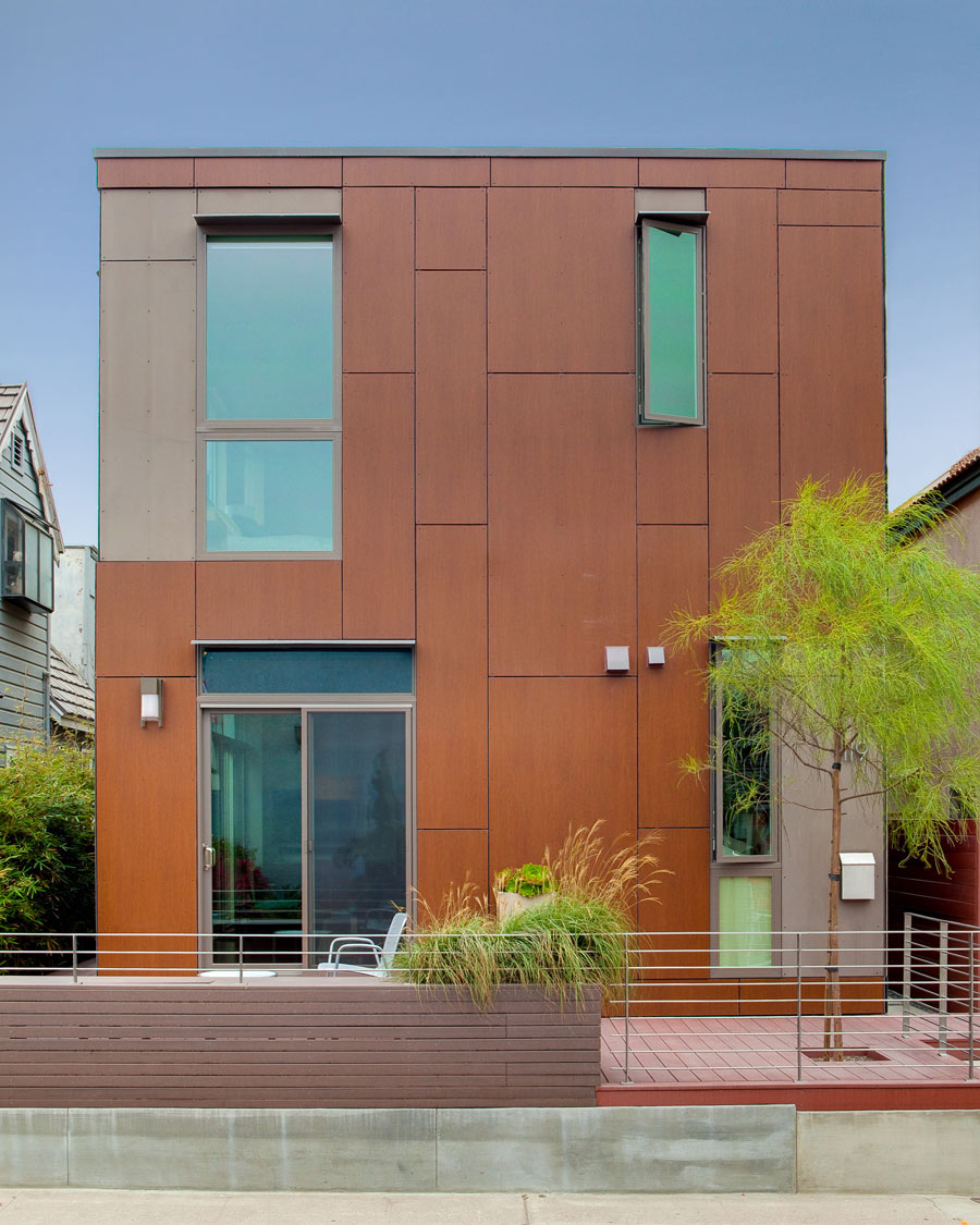 <p>The LEED Platinum-certified KTLH1.5 was built with blown-in insulation, high performance windows, low-flow fixtures, dual-flush toilets, bio-composite wood siding, recycled glass tiles, recycled steel, engineered lumber, mini-duct air distribution, and a central vacuum system. <br><small>© LivingHomes</small></p>