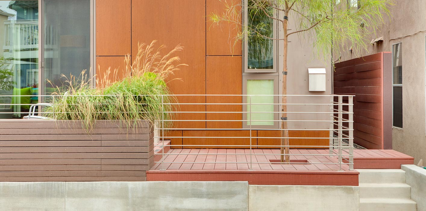 <p>Front porch detail of the KTLH1.5 installed in Newport Beach, California. <br><small>© LivingHomes</small></p>