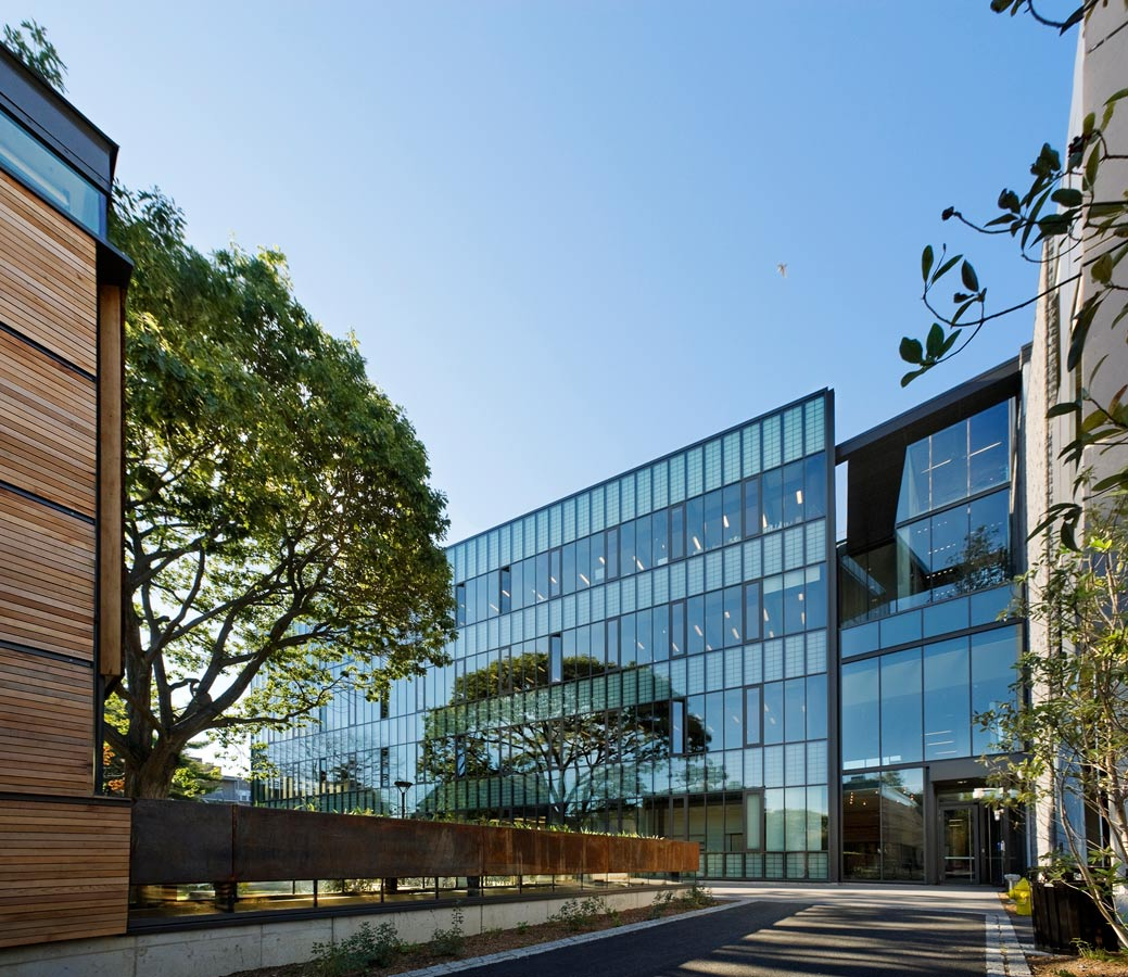 <p>While the sculpture building stands at the center of the block, the art gallery sits along the perimeter to activate the street front. Both an outdoor passageway and an underground ramp connect the gallery back to the sculpture building. <br><small>© Peter Aaron/OTTO</small></p>