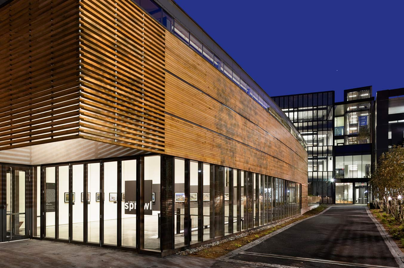 <p>The gallery was extracted from the sculpture building and placed along Edgewood Avenue to engage with the city of New Haven at the edge of campus. The gallery building is clad in glass and reclaimed western red cedar and is designed to blend with the historic houses that line this street. <br><small>© Peter Aaron/OTTO</small></p>