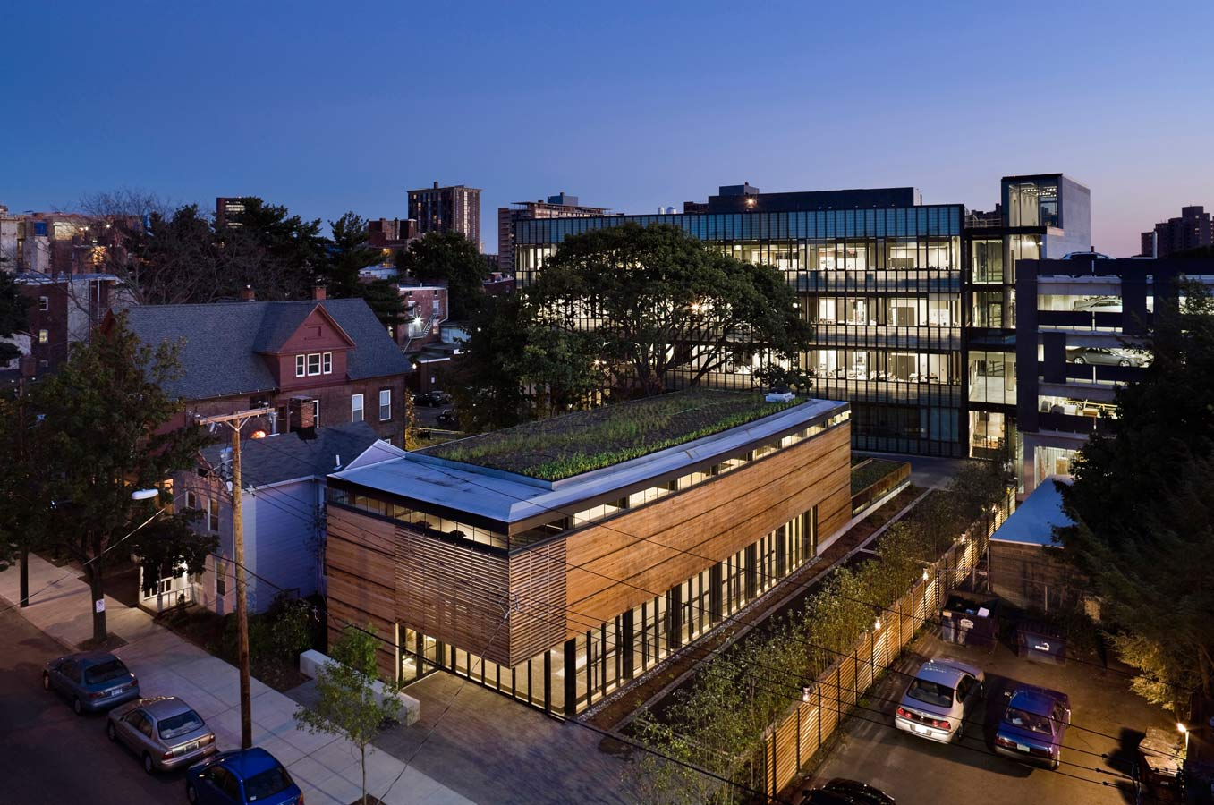 <p>New plantings and shade trees create a park-like setting on the former brownfield site. <br><small>© Peter Aaron/OTTO</small></p>