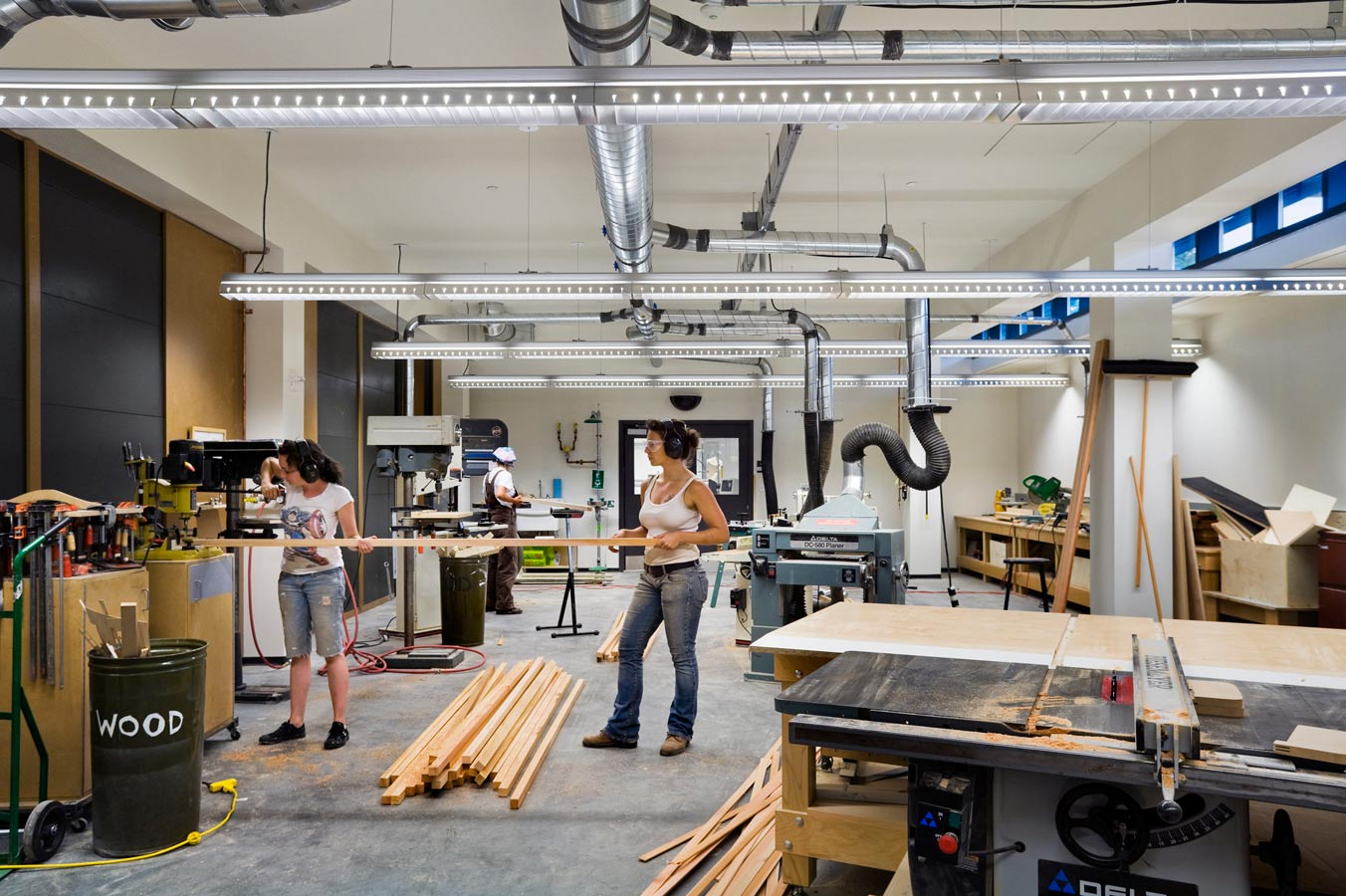<p>Workshops are equipped with comprehensive exhaust systems that adjust to the number of machines running, ensuring the removal of airborne irritants while preventing a constant exhaust that would waste energy. To ensure that hazardous materials are not introduced on the studio levels and re-circulated through the building, an air monitoring system has been installed.  This sampling system can be used for routine monitoring and diagnostics in the event of an air quality problem. <br><small>© Peter Aaron/OTTO</small></p>