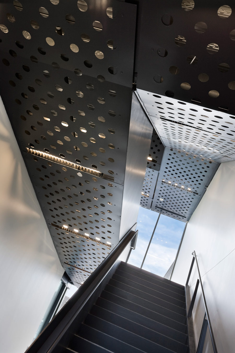 <p>A steel plate staircase in the lobby of the sculpture building stretches from the basement all the way to the roof. At the upper levels, the stair fuses inside and out through landscaped terraces overlooking the green roof of the gallery building. <br><small>© Peter Aaron/OTTO</small></p>