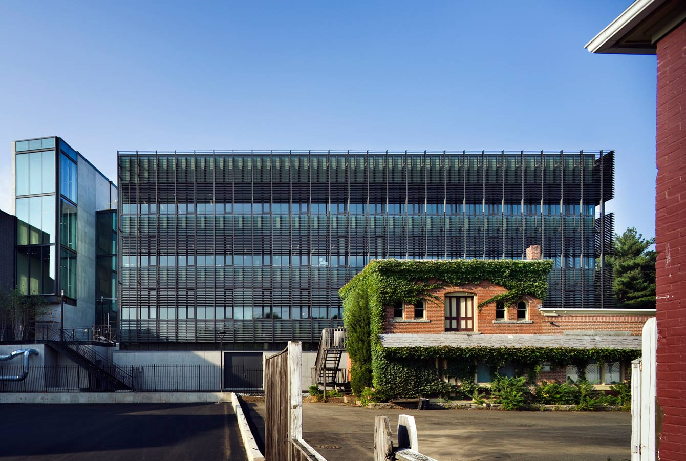 <p>The program of the building demanded an exceptional quality of light, low energy usage, and operable windows. Working with the curtainwall manufacturer Schuco and Kalwall Corporation, we developed a wall system that incorporates solar shading, a triple glazed low-e vision panel, 8-foot high operable windows, and a translucent double cavity spandrel panel. Consequently, the entire skin of the building admits natural light. The cavity traps solar radiation, forming a warm air layer that further increases thermal performance when the sun is shining. <br><small>© Peter Aaron/OTTO</small></p>