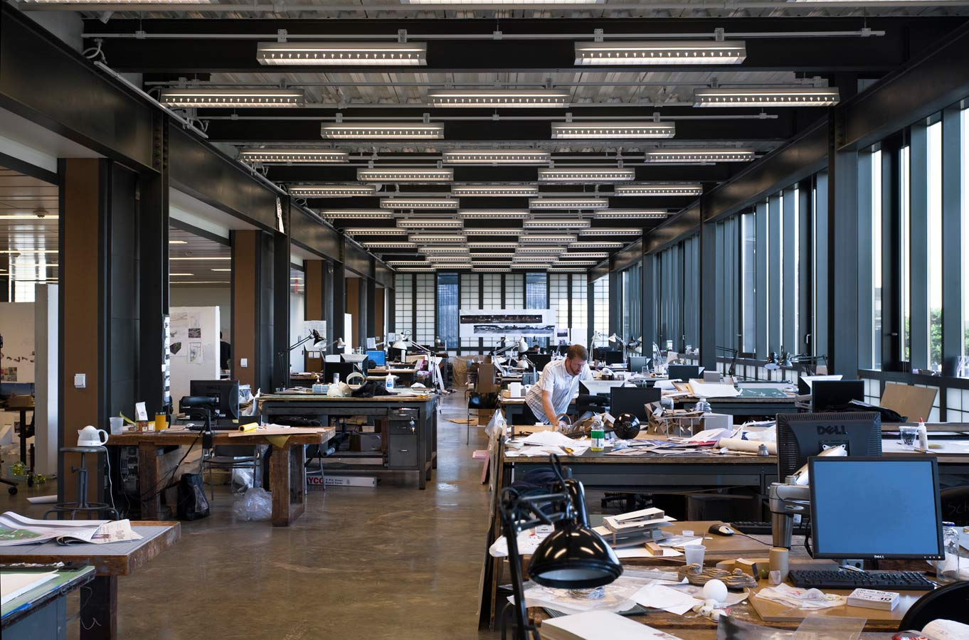 <p>A very low-velocity displacement air system at the center of the floor plates efficiently ventilates the interior, protecting air quality within workshops and studios, while exposed radiation heats the perimeter. This is the first such system to be installed on the Yale campus. <br><small>© Peter Aaron/OTTO</small></p>